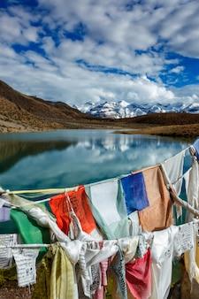 祈りの旗とダンカー湖。インド、ヒマーチャルプラデーシュ州スピティバレー