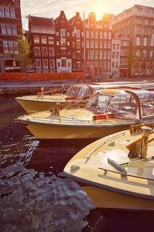 アムステルダムの運河の観光船
