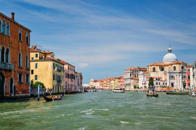 Лодки и гондолы на большом канале, венеция, италия