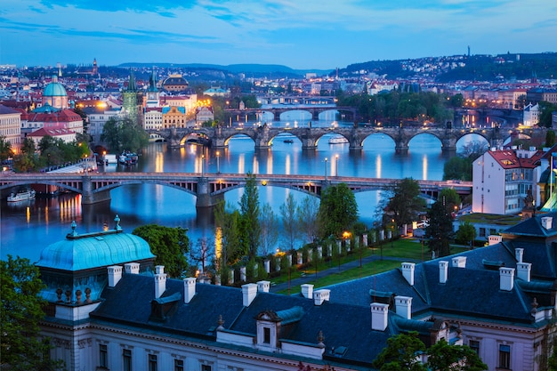 Вечерний вид на пражские мосты через реку влтаву