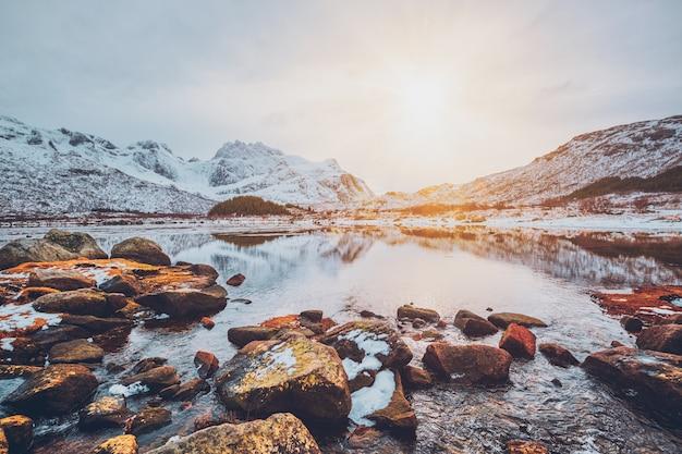 冬の日没のフィヨルド