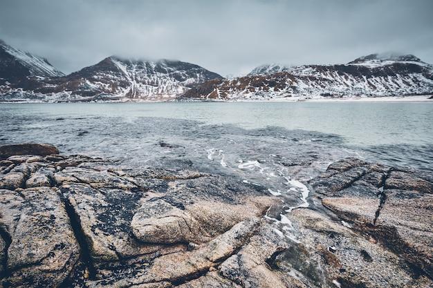 ノルウェーのフィヨルドの岩だらけの海岸