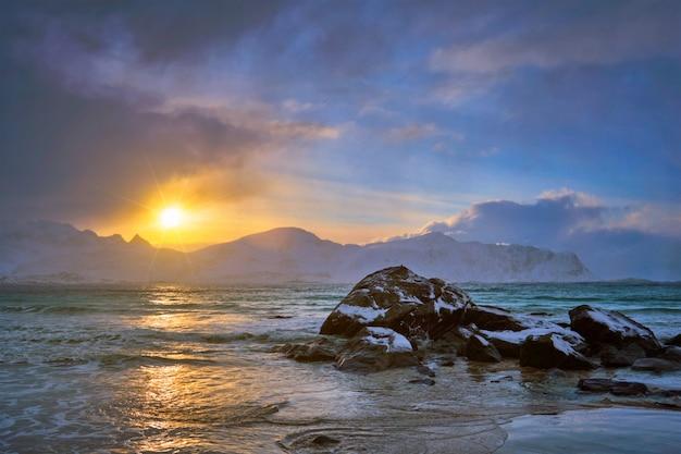 日没、ロフォーテン諸島、ノルウェーのスカグサンデンビーチ