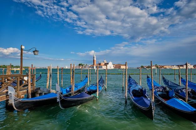Гондолы и лагуны венеции у площади сан-марко. венеция, италия