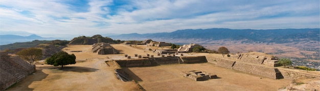 Панорама священного места монте албан в мексике
