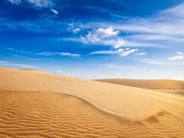 日の出の砂漠の砂丘