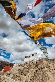 Лех гомпа и лунгта молитвенные флаги. лех, ладакх, индия