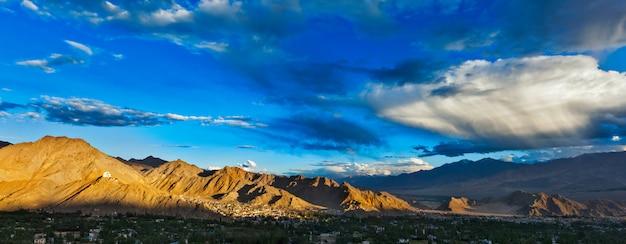 Закатная панорама леха. ладакх, индия