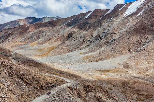Гималайский пейзаж с дорогой, ладакх, индия