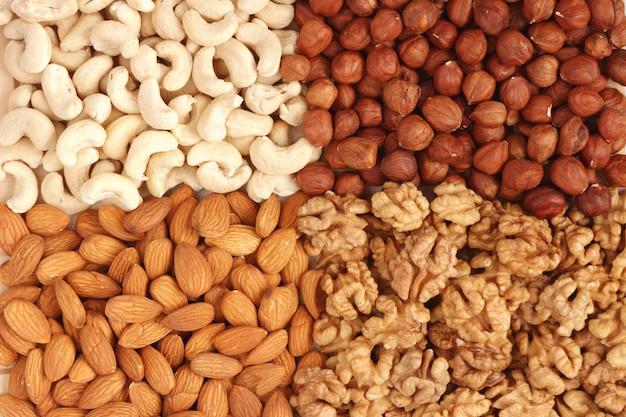 さまざまなナッツ(アーモンド、カシューナッツ、クルミ、フィルバー)をクローズアップ
