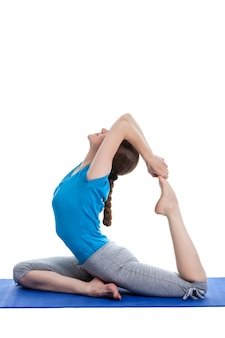 Йога - молодая красивая женщина делает изолированные асаны йоги
