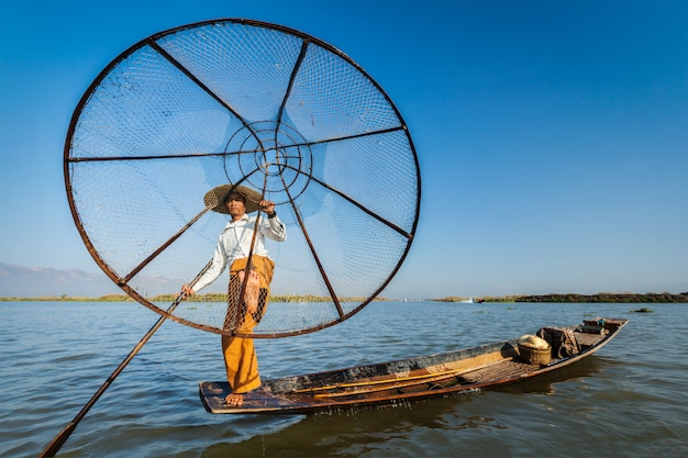 Бирманский рыбак на озере инле, мьянма