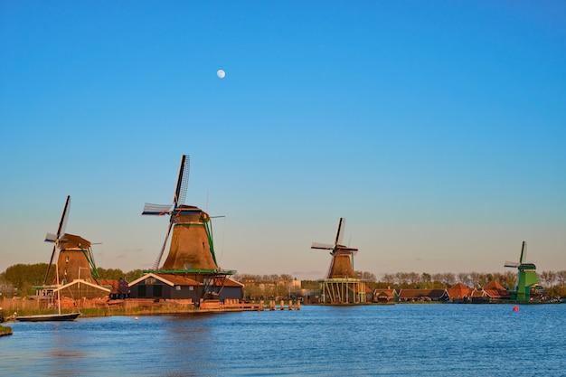 Ветряные мельницы в заансе сханс в голландии в сумерках на закате. нидерланды
