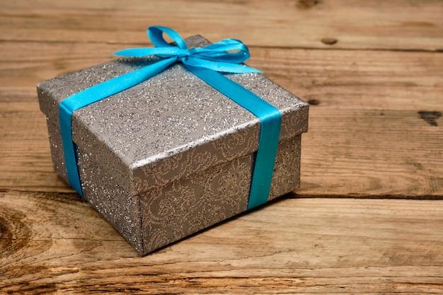 Подарочная коробка с голубой лентой
