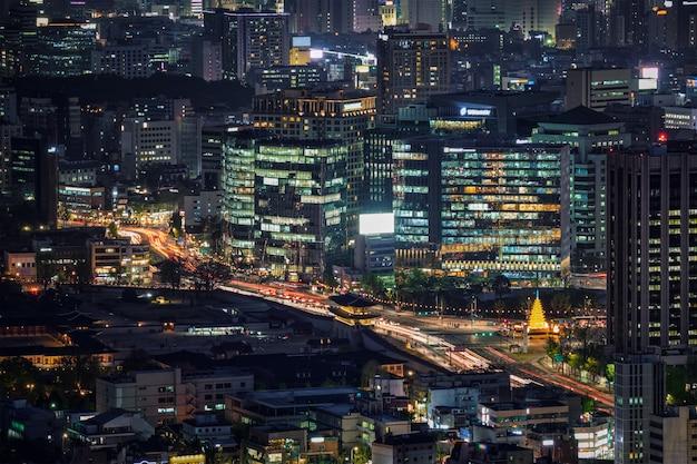 夜、韓国のソウルの高層ビル。