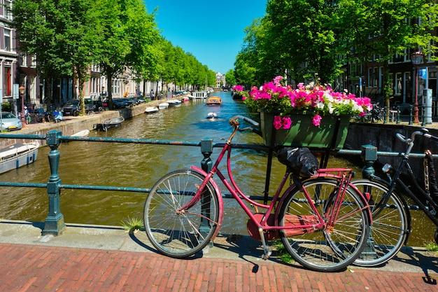 Амстердамский канал с лодками и велосипедами на мосту