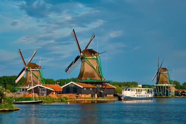 Ветряные мельницы в заансе сханс в голландии. зандам, пустота