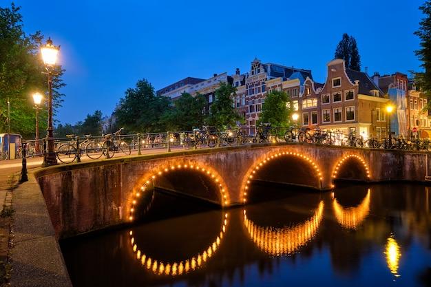 Амстердамский канал, мост и средневековые дома вечером