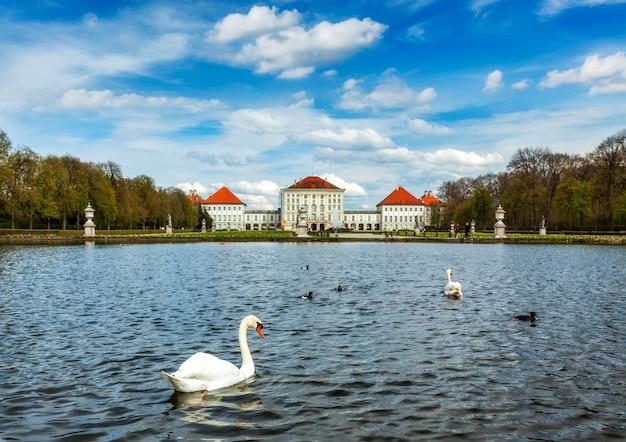 Лебедь и нимфенбургский дворец. мюнхен, бавария, германия