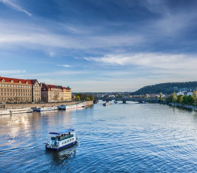 プラハのヴルタヴァ川の観光船