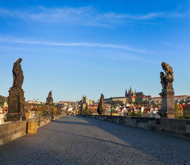 カレル橋とプラハ城の朝