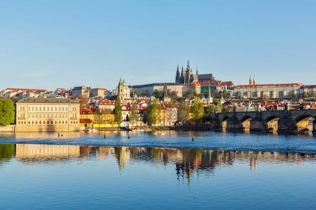 ヴルタヴァ川に架かるマラーストラナとプラハ城の眺め