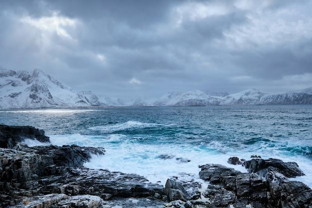 Волны норвежского моря на скалистом побережье лофотенских островов, норвегия
