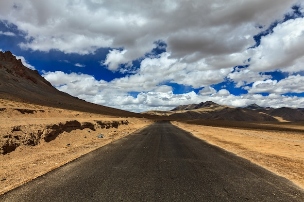 Дорога на равнинах в гималаях с горами
