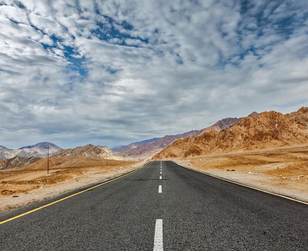 Дорога в гималаях с горами