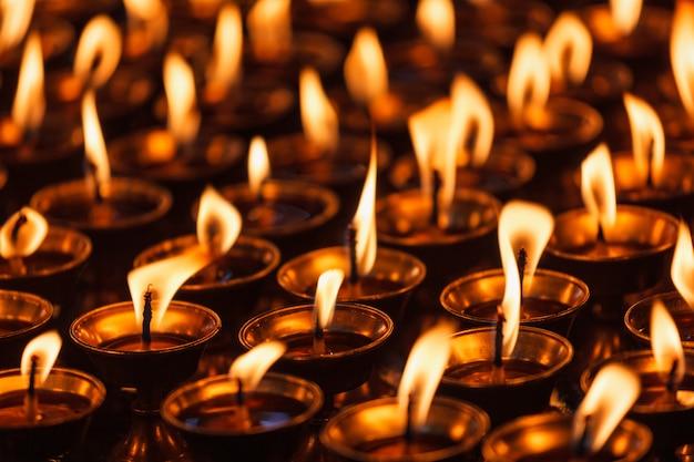 Горящие свечи в буддийском храме. дхарамсала, химачал-прадеш