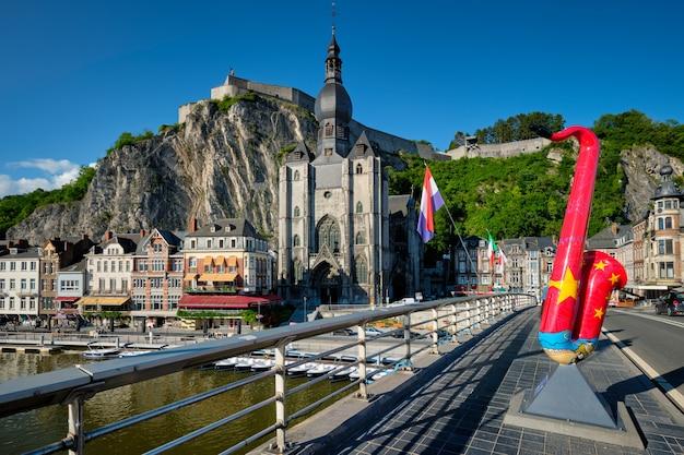 Живописный город динан, цитадель динана и соборная церковь нотр-дам-де-динан и мост шарля де голля