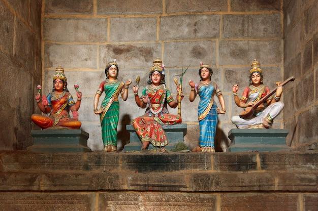 ヒンドゥー教の女神パールヴァティ、ラシュミ、サラスワティ