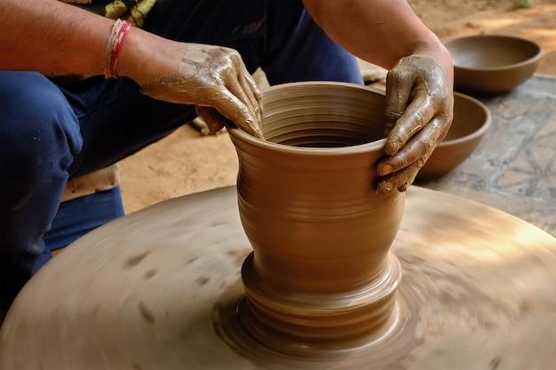 仕事でインドの陶工の手、シルパグラム、ウダイプール、ラージャスターン州、インド