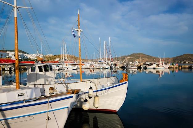 ナウサ港の漁船。パロス島、ギリシャ