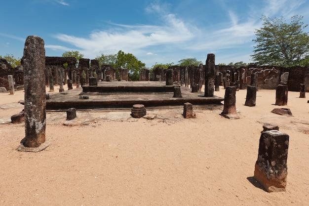 Руины. древний город полоннарува. шри-ланка