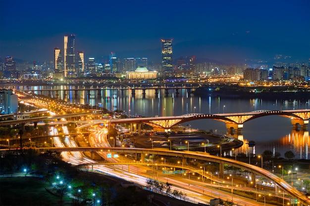 夕暮れ、韓国のソウルの街並み。