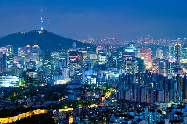 夜、韓国のソウルのスカイライン。