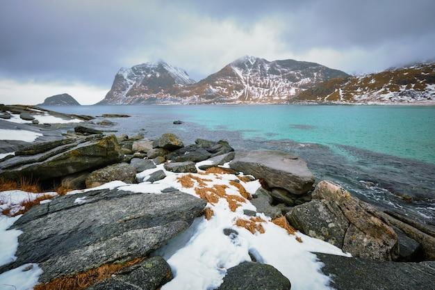 Скалистое побережье фьорда в норвегии