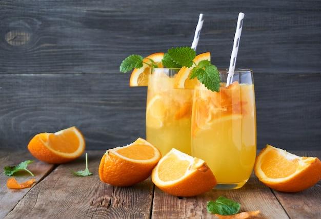 Холодный апельсиновый лимонад на деревянном столе