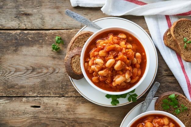 ボウルに白豆と野菜の濃厚トマトスープ
