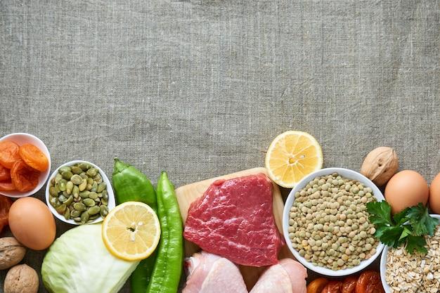 Различные продукты для здорового сбалансированного питания на тканевом фоне