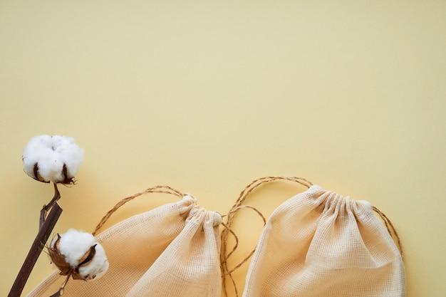 明るい背景に綿の再利用可能なバッグ