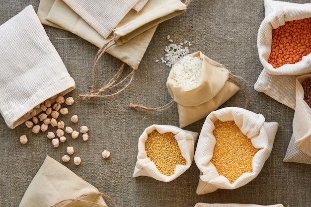 繊維の背景にコットンバッグのさまざまな穀物