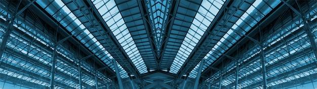 大きな貨物倉庫の屋根。