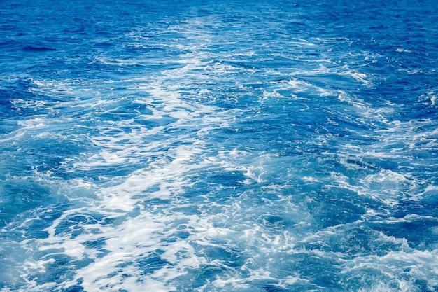 Синее море поверхность стены с брызгами волн