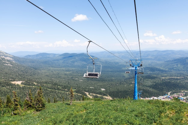 チェアリフト、高山からの眺め、夏の風景