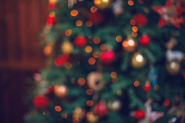 多重またはぼやけたクリスマスライトの背景のボケ味