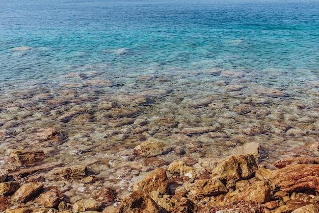 Скалистый берег средиземного моря с бирюзовой водой