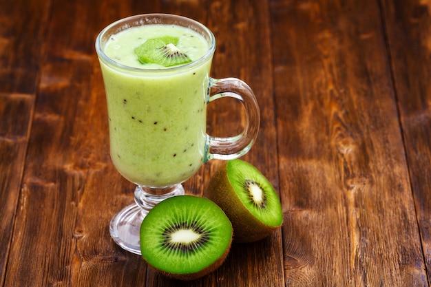 Молочный коктейль из яблок и киви в стакане