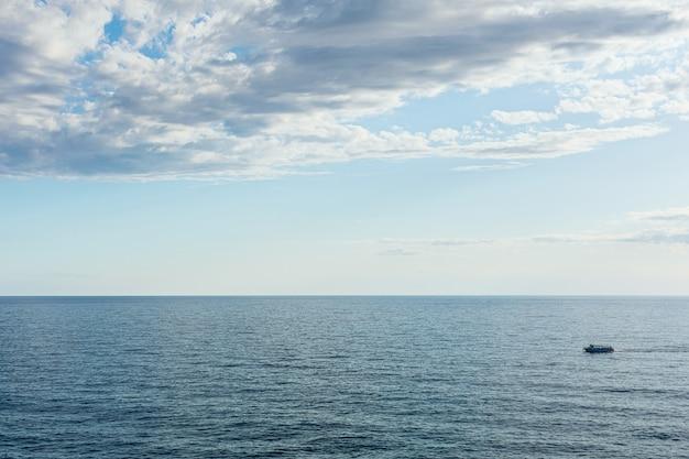 Лодка на синее море поверхности птичьего полета. природа фон